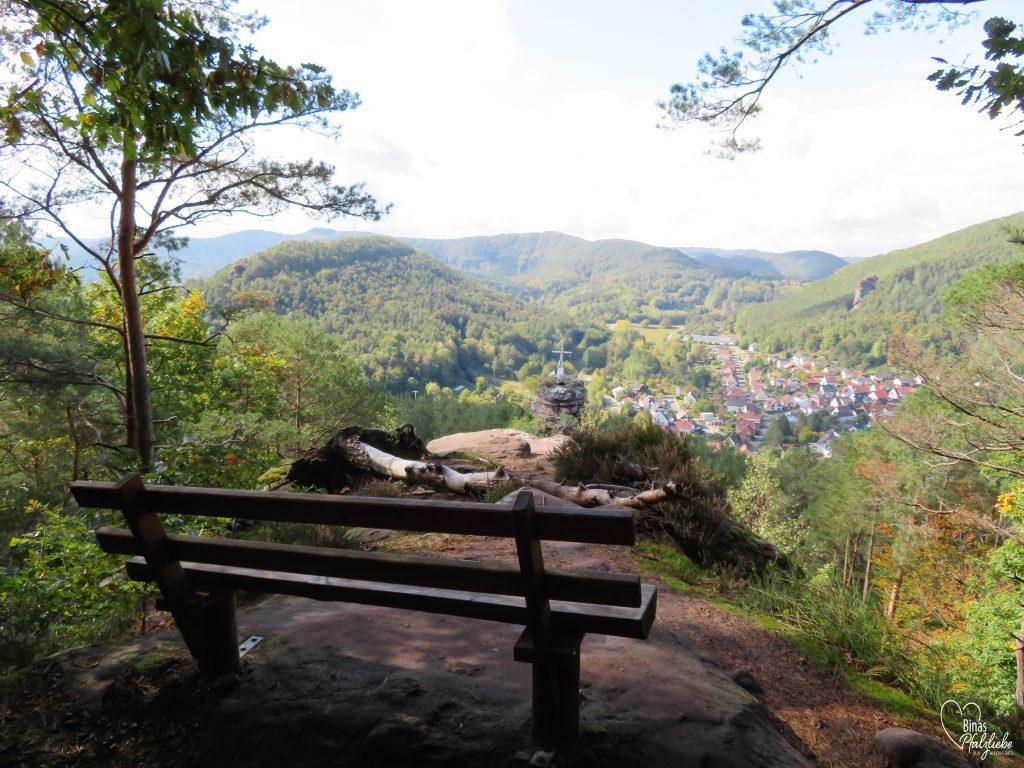 Aussichtsbank mit Blick auf den Hornstein #lug #aussicht #südwestpfalz #aussichtspunkt #bank #pfälzerwald